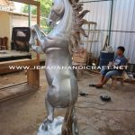 Patung Kuda Jingkrak Silver Kayu Utuh